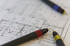 Speciale pennen voor architect op een architectenplan Stock Afbeelding
