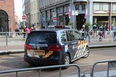 Speciale politiewagen in het centrum van Den Haag tijdens princeday royalty-vrije stock foto