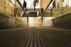 Speciale roltrap in moderne wandelgalerij voor mensen met Stock Afbeelding