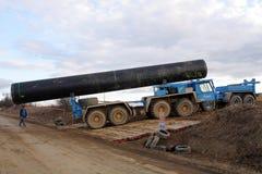 Speciale vrachtwagen die een grote pijp vervoert Stock Afbeelding