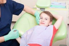 Speciale zorg voor jong geitjepatiënt bij tandarts Stock Afbeelding