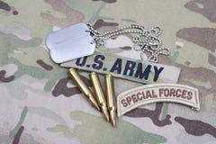 Specialförband för USA-ARMÉ tab, flaggalappen, med hundetiketten och 5 56 mmrundor på likformign Arkivbild