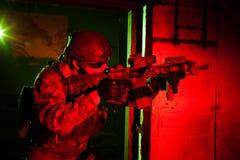Specialförband soldat eller leverantör under nattbeskickning Arkivbilder