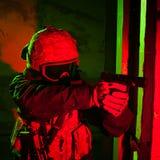 Specialförband soldat eller leverantör under nattbeskickning Fotografering för Bildbyråer
