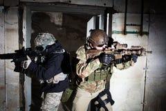Specialförband tjäna som soldat eller leverantörlaget under nattbeskickning Royaltyfria Bilder