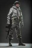 Specialförband tjäna som soldat mannen med maskingeväret på en mörk bakgrund Arkivbild