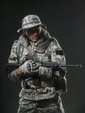 Specialförband tjäna som soldat mannen med maskingeväret på en mörk bakgrund Royaltyfri Fotografi