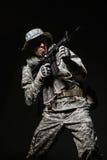 Specialförband tjäna som soldat mannen med maskingeväret på en mörk bakgrund Royaltyfri Foto