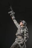 Specialförband tjäna som soldat mannen med maskingeväret på en mörk bakgrund Arkivfoton
