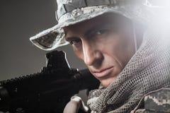Specialförband tjäna som soldat mannen med maskingeväret på en mörk bakgrund Arkivfoto