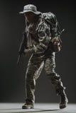 Specialförband tjäna som soldat mannen med maskingeväret på en mörk bakgrund Royaltyfria Bilder