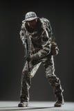 Specialförband tjäna som soldat mannen med maskingeväret på en mörk bakgrund Royaltyfria Foton
