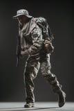 Specialförband tjäna som soldat mannen med maskingeväret på en mörk bakgrund Arkivbilder