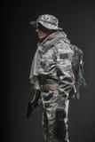 Specialförband tjäna som soldat mannen med vapnet på en mörk bakgrund Royaltyfri Fotografi