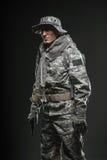 Specialförband tjäna som soldat mannen med vapnet på en mörk bakgrund Arkivfoto