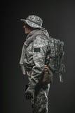 Specialförband tjäna som soldat mannen med vapnet på en mörk bakgrund Arkivbilder