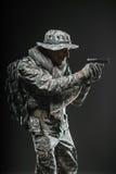 Specialförband tjäna som soldat mannen med vapnet på en mörk bakgrund Fotografering för Bildbyråer