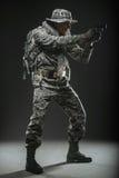 Specialförband tjäna som soldat mannen med vapnet på en mörk bakgrund Royaltyfria Foton