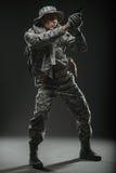 Specialförband tjäna som soldat mannen med vapnet på en mörk bakgrund Arkivfoton