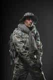 Specialförband tjäna som soldat mannen med vapnet på en mörk bakgrund Royaltyfri Foto