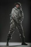 Specialförband tjäna som soldat mannen med vapnet på en mörk bakgrund Royaltyfri Bild