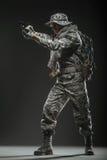 Specialförband tjäna som soldat mannen med vapnet på en mörk bakgrund Royaltyfria Bilder