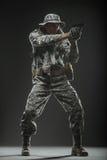 Specialförband tjäna som soldat mannen med vapnet på en mörk bakgrund Arkivbild