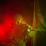 Specialförbandsoldat med gasmasken under nattbeskickning Arkivfoto