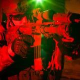 Specialförbandsoldat under nattbeskickning Arkivbild