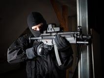 Specialförbandsoldaten är sikta och skjuta på målet Royaltyfria Foton