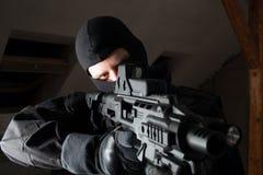 Specialförbandsoldaten är sikta och skjuta på målet Royaltyfri Fotografi