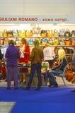 Specialiserade utställningen för Moskva trafikerar den Mos Shoes International för skodon, påsar och tillbehören påsarna Arkivfoto