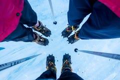 Specialiserat klättra i berg kängor, isbroddar, isyxor och tekniska kugghjul arkivbilder