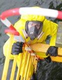 Specialist in beschermend kostuum en masker op ladder Royalty-vrije Stock Foto's
