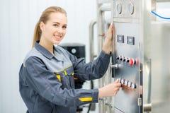 Specialist bij een waterfabriek royalty-vrije stock fotografie