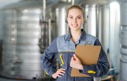 Specialist bij een waterfabriek stock afbeeldingen