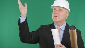 Specialist Engineer met Plannen het in Hand Gesturing en Spreken royalty-vrije stock fotografie