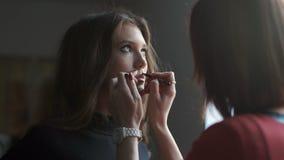 Specialist som gör makeup för modell Försiktigt smink för unga flickan stock video