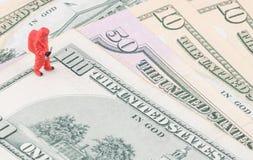 Specialist som kontrollerar de förfalskade pengarna fotografering för bildbyråer