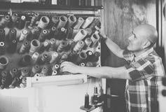 Specialist som syr skor Arkivbilder