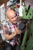 Specialist som syr skor Fotografering för Bildbyråer