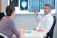 Specialista che presenta tutto il risultato di radiologia Fotografie Stock