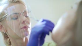 Specialista dentario che lavora in cavità orale aperta Dentista di alta classe in clinica video d archivio