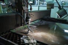 Specialista di fresatura che lavora per i waterjets di metallo nel negozio a Immagini Stock Libere da Diritti