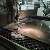 Specialista di fresatura che lavora per i waterjets di metallo nel negozio a Immagine Stock