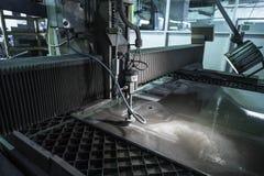 Specialista di fresatura che lavora per i waterjets di metallo nel negozio a Fotografia Stock