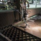 Specialista di fresatura che lavora per i waterjets di metallo nel negozio a Immagini Stock