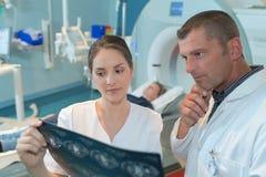 Specialista di radiologia che ispeziona risultato Immagini Stock Libere da Diritti