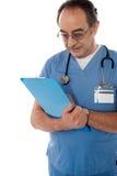 Specialista medico che studia rapporto Fotografia Stock