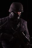 Specialista in uniforme con la mitragliatrice immagine stock